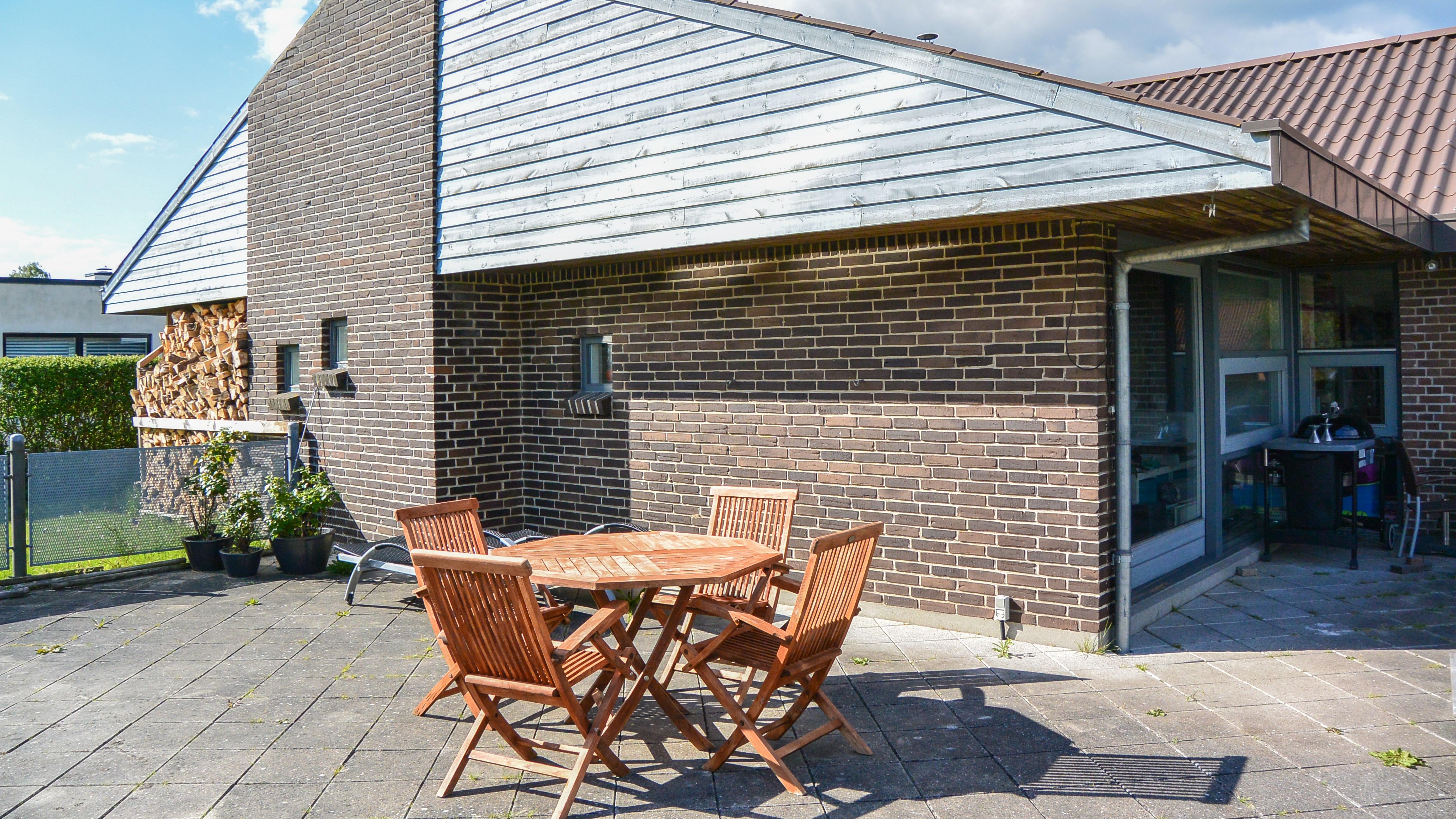 Familien Bandholms hus i Stensballe, som det så ud, inden de fik væltet muren mod syd og fik sat nye vinduer og skydedøre fra VELFAC i