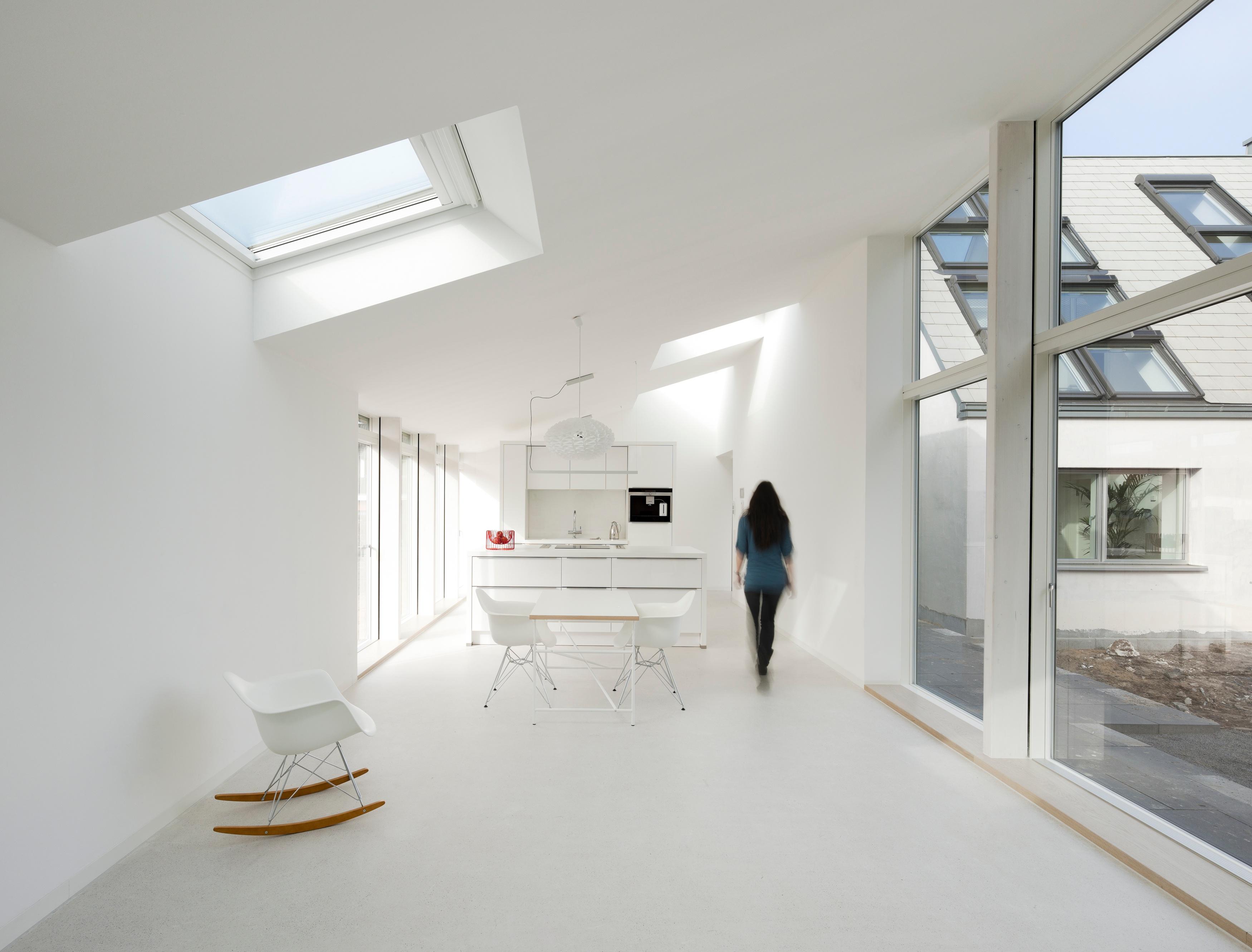 Hvid spisestue passer godt sammen med ovenlys-vinduer og store terrassedøre