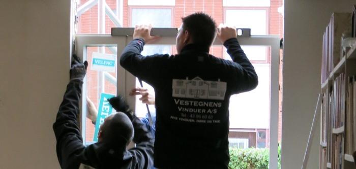 Få lavet klare aftaler med tømreren, som skal montere dine nye vinduer. Så undgår du ubehagelige overraskelser.